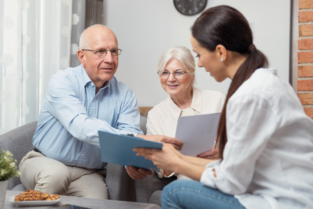 Senior couple planning their investments with financial advisor Imagens