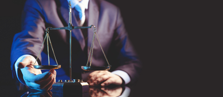 Bilancia del concetto di giustizia, avvocato o avvocato. Colpo dello studio della persona irriconoscibile, copia dello sfondo del banner web dello spazio
