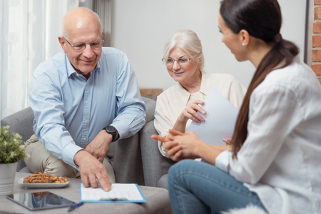 Senior couple planning their investments with financial advisor Zdjęcie Seryjne - 125165092