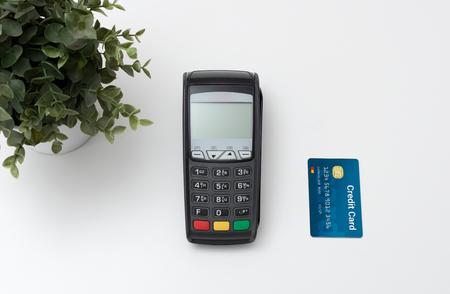 Payment terminal, credit card machine with credit card top view Zdjęcie Seryjne