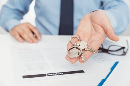 Real estate agent with home keys. Buying a new apartment concept Zdjęcie Seryjne - 125165265