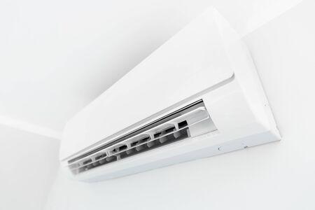 Sistema del condizionatore d'aria sulla stanza della parete bianca. Aria condizionata. Archivio Fotografico