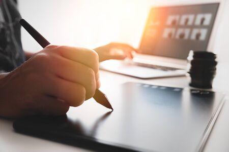 Mann mit Grafiktablett und Pfanne. Grafikdesigner bei der Arbeit im Büro