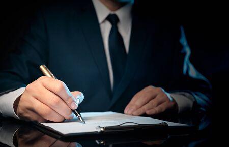 Avvocato, notaio, avvocato che lavora presso lo studio. Accordo e concetto di diritto Archivio Fotografico