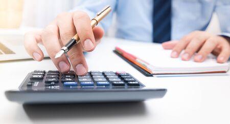 El contador calcula la información fiscal o los datos comerciales. Hombre de negocios, trabajando, en, oficina Foto de archivo