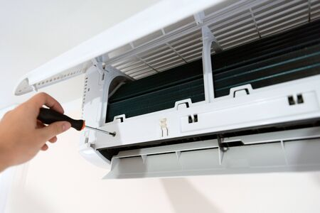 Modern air conditioner unit service. Cleaning the filter, fumigation. Air conditioner service. Banque d'images