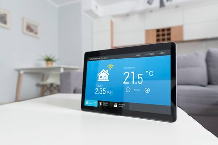 Smart home system device in modern living room. Temperature, energy efficiency, security control. Stockfoto