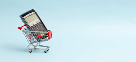Shopping cart with payment terminal. Internet commerce concept Imagens