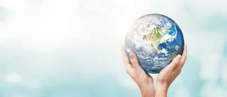 Earth globe in hands. World environment day concept. Banque d'images
