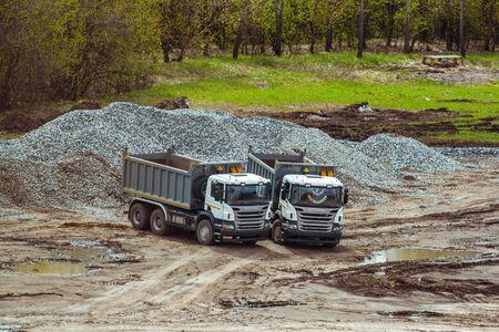 volteo: dos camiones de volteo en una obra en construcci�n