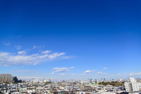 Blauwe lucht en stadsbeeld