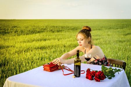 femme romantique: le d�ner de Lonely femme romantique en plein air