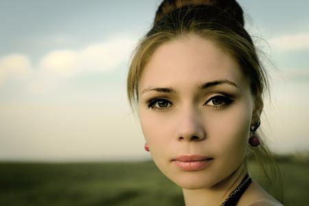 femme romantique: Portrait de la belle femme s�rieuse romantique en plein air Banque d'images
