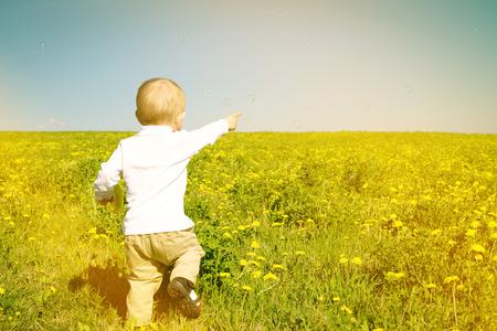 petit enfant gar�on heureux pique-nique d'�t� en plein air Banque d'images - 29184009