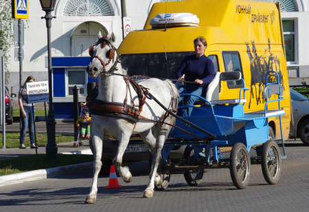 KOLOMNA, RUSSIA - June, 2017:  Buggy, horse carriage carries tourists through the ancient streets of the city 新聞圖片
