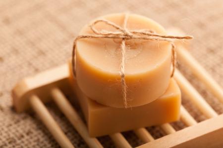 productos de belleza: Jabón hecho a mano, haciendo uso de materias primas naturales