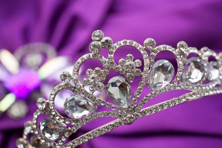 bride bangle: Jewels and crown, put on the wedding