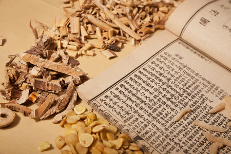 Ancient Chinese medical books in the Qing Dynasty, the Chinese herbal medicine on the table Фото со стока - 31381794
