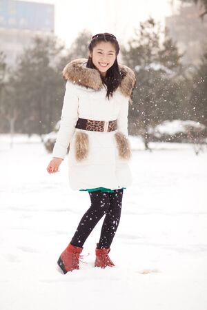 The Chinese girl playing in the snow Stock Photo - 88531559