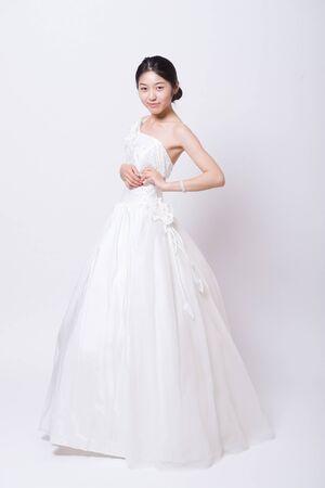Schöne Asiatische Mädchen Trägt Ein Brautkleid Lizenzfreie Fotos ...