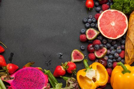 comiendo frutas: Las verduras y frutas, en el tablero de fondo negro