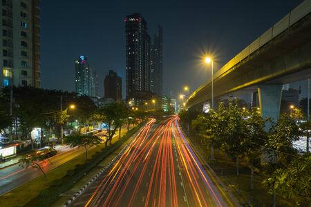light trail: calle rastro de luz y edificio Editorial