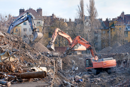 thrash: Demolition truck in action. Demolition of an old block of flats.