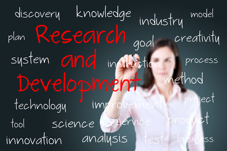 Młody biznesowej kobiety writing badanie i rozwój pojęcie