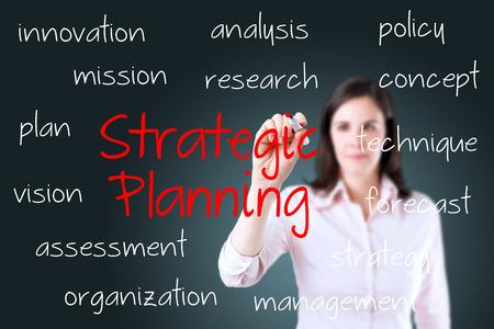 planeaci�n estrategica: Joven mujer de negocios por escrito concepto de planificaci�n estrat�gica. Foto de archivo