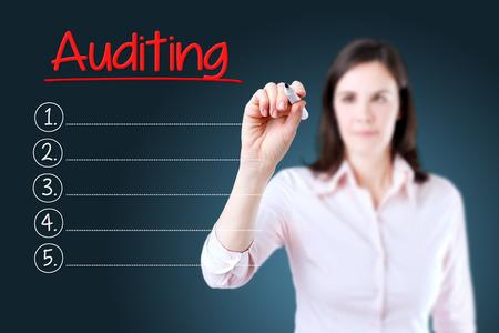 validez: Mujer de negocios por escrito la lista de Auditor�a en blanco. fondo azul.