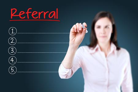 referidos: Mujer de negocios por escrito la lista de referencias en blanco. fondo azul.