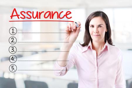 validez: Mujer de negocios por escrito la lista de Garant�a de blanco. Fondo de la oficina.