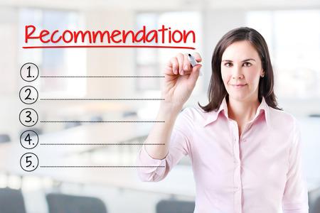 Femme d'affaires écrit vierge liste de recommandation. fond de bureau. Banque d'images