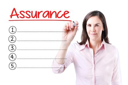 validez: Mujer de negocios por escrito la lista de Garantía de blanco. Aislado en blanco.