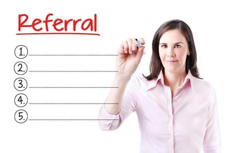 referidos: Mujer de negocios por escrito la lista de referencias en blanco. Aislado en blanco.