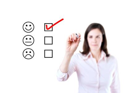 evaluacion: Mano que pone la marca de verificación con marcador rojo en el formulario de evaluación de servicio al cliente. Aislado en blanco.