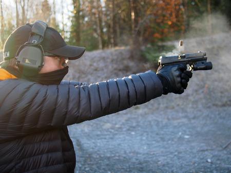 hombre disparando: Hombre tiro con arma corta