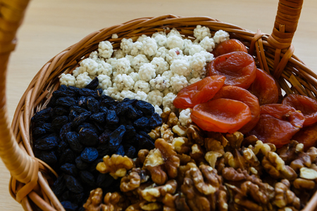 Frutos secos en cesta de paja Foto de archivo
