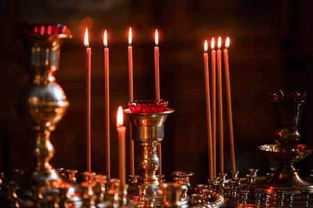 Kirche beleuchtete Kerzen Symbol Religion