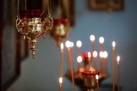 Kirche. Orthodoxe Kirche. Christentum. Kirche beleuchtete Kerzen Symbol Religion Standard-Bild