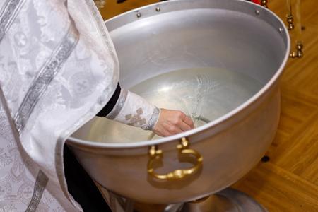 Accesorios para bautizo. Interior de la iglesia ortodoxa en Pascua. bebé bautizo. Ceremonia a en cristiano. bañando la fuente bautismal
