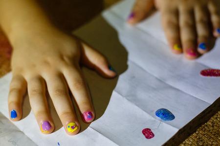uñas pintadas: El dibujo de un niño Los uñas pintados de niños Foto de archivo