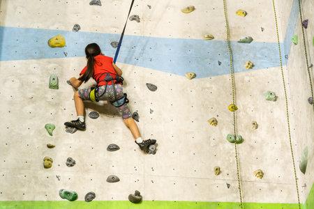 Little Girl Climbing Rock Wall Reklamní fotografie