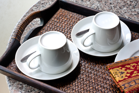 tarde de cafe: Dos tazas de café en la bandeja tejida