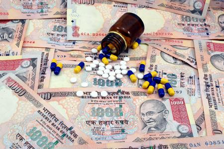 medicina: Dinero indio, 1000 Rupia observa con medicamentos Foto de archivo