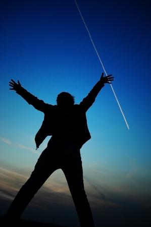 용감: 여자는 하늘에 그녀의 팔을 제기 실루엣