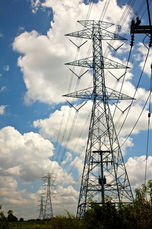 Torre de transmisión de energía con los cables