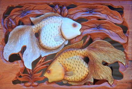 tallado en madera: Goldfish de madera - imagen
