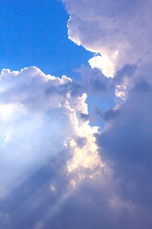iluminado a contraluz: Inspirado retroiluminada celaje por el sol