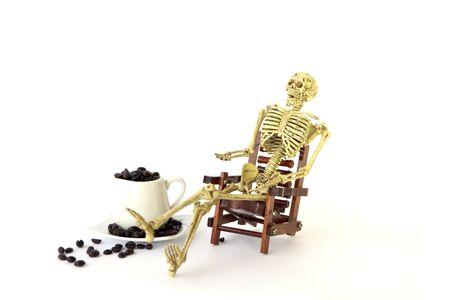 esqueleto: Sit esqueleto humano en una silla en el fondo blanco Foto de archivo